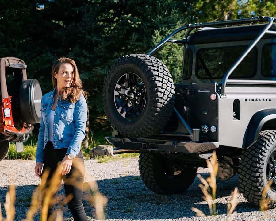 Land Rover Defender personalizada por Himalaya y turbohélice Daher Kodiak.