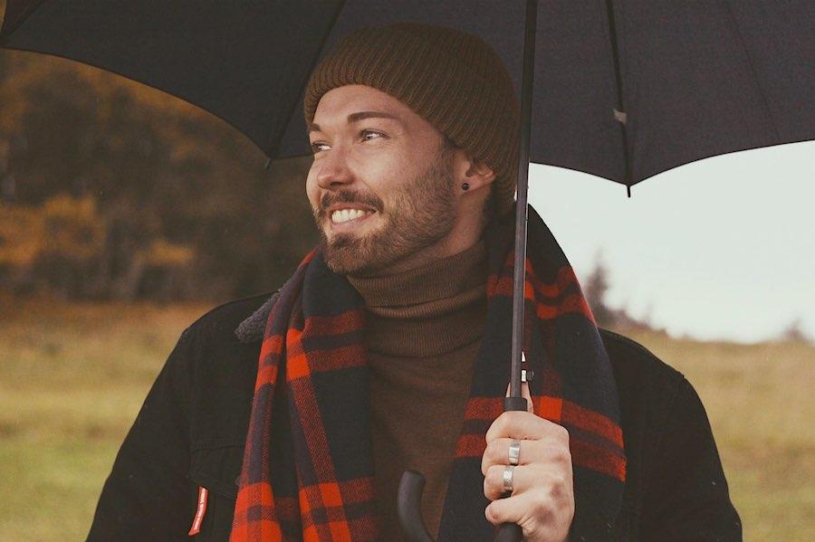 Hombre elegante con una bufanda y gorro de cachemira.