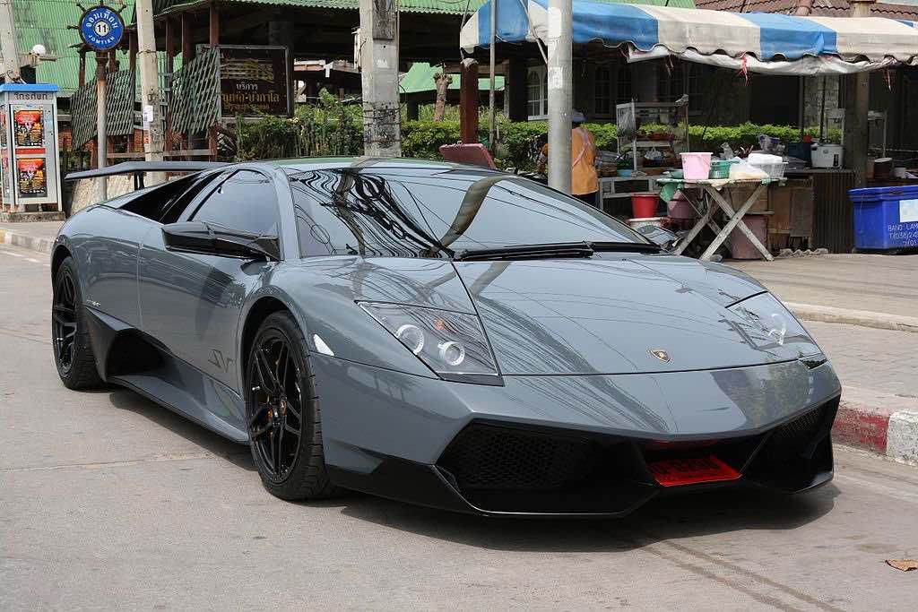 La carrocería está construida en fibra de carbono y acero con un diseño que se destaca por su perfil aerodinámico.