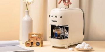 Máquina de espresso A Modo Mio SMEG de Lavazza.