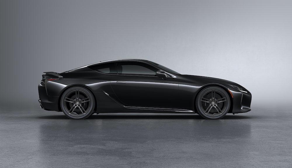 El vehículo de edición limitada se ofrece en un color negro exterior, el magnífico Obsidiana oscuro.