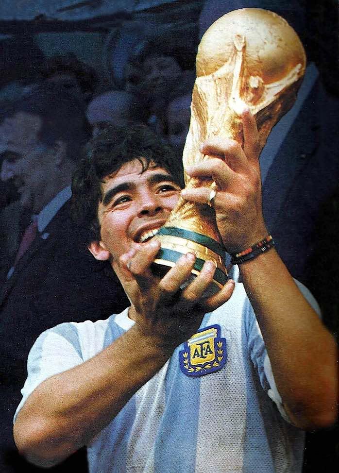 El El Pibe de Oro con la Copa del Mundo en 1986.