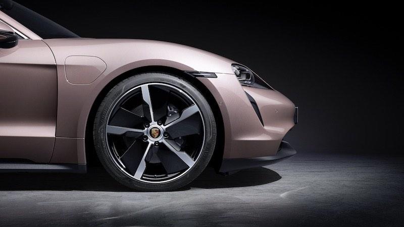 Porsche amplía la gama con un nuevo vehículo eléctrico.