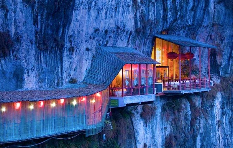 El restaurante colgante Fangweng en Chang Jiang, China