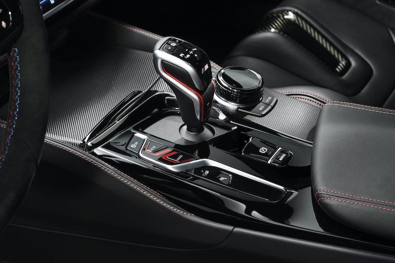 Otros elementos del coche se presentan también en fibra de carbono expuesta.