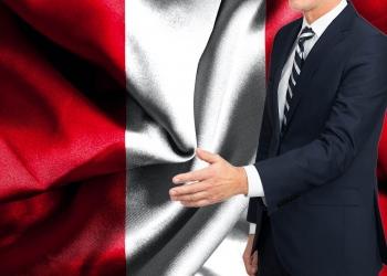 Hombre en traje con la bandera de Perú