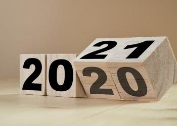 Volteando los cubos de madera con los años 2020 / 2021.