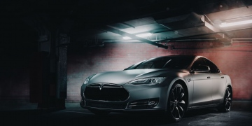Tesla Modelo S P85 envuelto en vinilo mate de color gris.