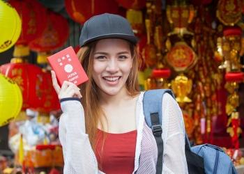 Chica asiática con pasaporte japonés
