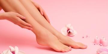 Hermosas manos y pies femeninos