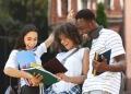 Estudiantes revisando los resultados del examen y celebrando el éxito