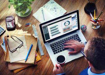 Empresario analizando la contabilidad de negocios en una computadora portátil.