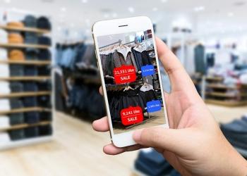 Utilizando realidad aumentada en teléfono inteligente para comprar en la tienda.