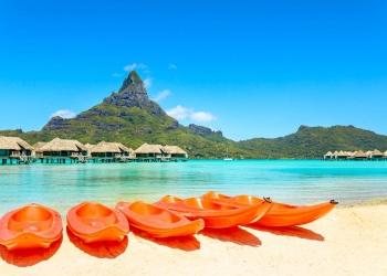 Kayaks en la playa de arena blanca, Bora Bora, Tahití, Polinesia Francesa