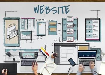 Diseñadores trabajan en boceto de diseño de página web