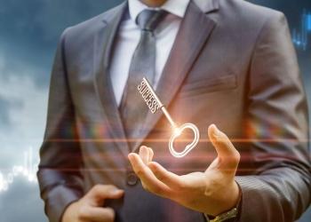 Clave del éxito. Llave en la mano de empresario.
