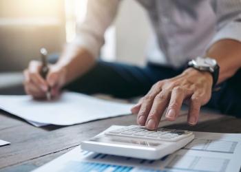 Finanzas empresarial, empresario haciendo finanzas y calcular inversión inmobiliaria y sistema fiscal.