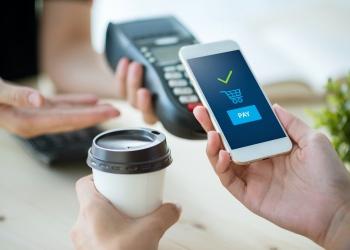 Pago movil. concepto de compras en línea en el teléfono.