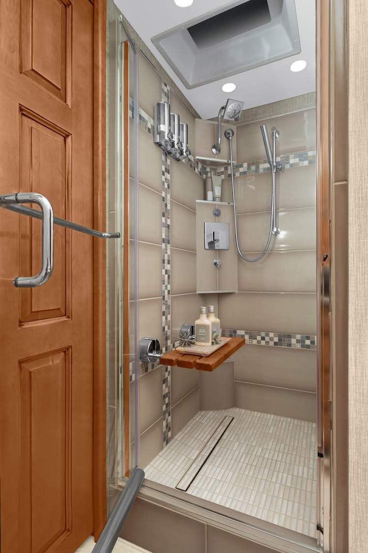 Una ducha de tamaño completo y parece que la autocaravana incluye un sistema de masaje de agua.