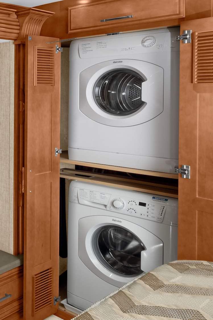No te preocupe por la ropa limpia en su viaje. Supreme Aire viene con una lavadora y secadora para hacer la vida y el lavado de ropa más fácil.
