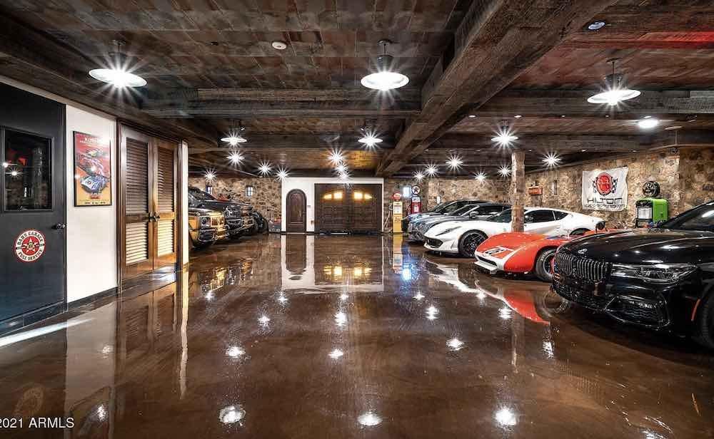 La mansión cuenta con garaje subterráneo para 8 autos.