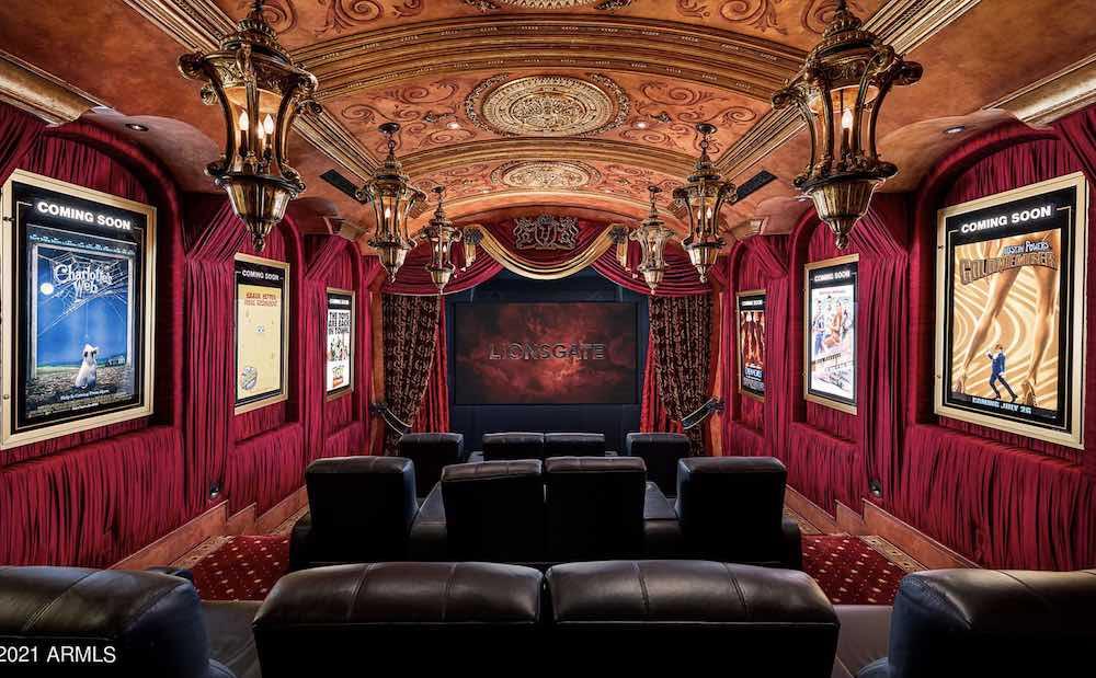 El cine privado dentro de la hermosa mansión de estilo mediterráneo en Scottsdale, Arizona a la venta por $11,7 millones