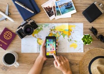 Planificación de un viaje y accesorios de viaje. El teléfono inteligente es un iPhone 8.