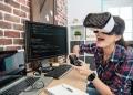 Chica con gafas de realidad virtual y jugando videojuegos