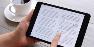 Apple iPad Mini que muestra un libro iBooks.