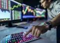 Análisis de gráficos e informes de acciones con fines de inversión.