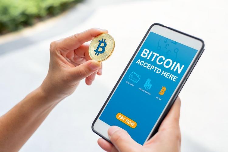 Bitcoin de oro para pagar una factura en línea en una aplicación móvil. moneda digital.