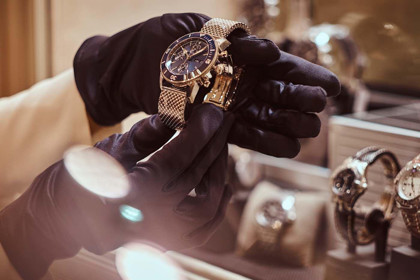 El lujo de subastar relojes y joyas desde la vertiente artística.