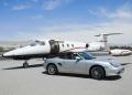 Coche convertible y jet privado en la pista de aterrizaje de un aeropuerto