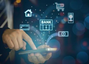 Banco móvil. Personas que utilizan el teléfono móvil para pagar el pago en línea.