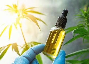 Botella de aceite cbd farmacéutico. Aceite de cannabidiol. Cannabis medicinal