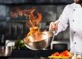 Chef de restaurante en cocina profesional.