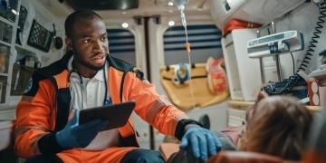 Asistente de atención médica de emergencia trabaja en una ambulancia.