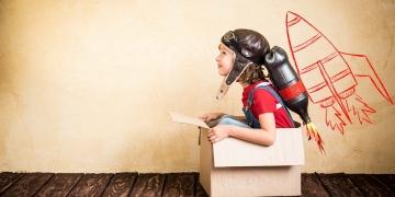 Niño con jet pack. Niño jugando en casa. Concepto de éxito, líder y ganador.