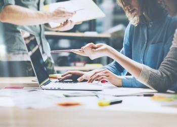 Equipo, trabajo, empresarios, trabajando en una startup