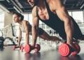 Mujer y un hombre haciendo ejercicio físico en un gimnasio.