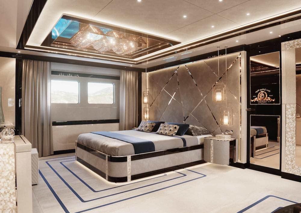 El lujoso yate cuenta con interiores art decó y alojamiento para 10 huéspedes en cinco espaciosos camarotes.