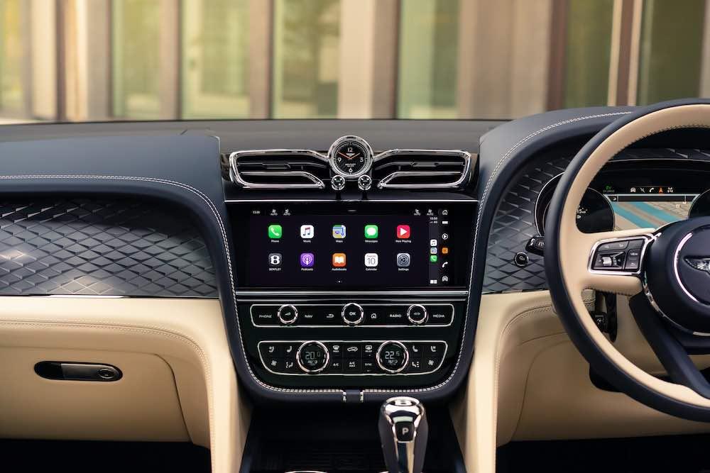 La elegante cabina del SUV Bentley, está elaborada a mano, mostrándonos acabados de lujo en cada uno de sus espacios.