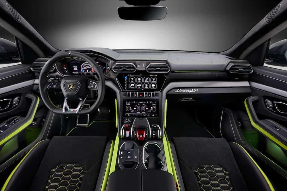 Para el interior, Lamborghini presenta detalles de fibra de carbono con acabado mate y molduras de aluminio anodizado oscuro.