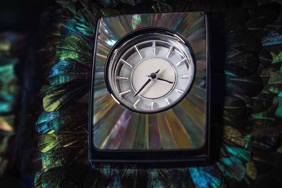 Personalizado con 3.000 plumas brillantes en el tablero.