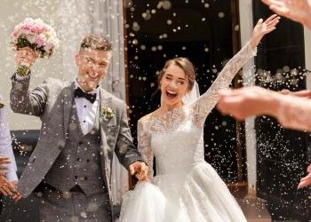Fotografía de boda feliz de una novia y un novio en la ceremonia de la boda.