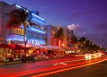 Vida nocturna en el distrito Art Deco de South Beach en Florida. Ocean Drive por la playa en Miami.