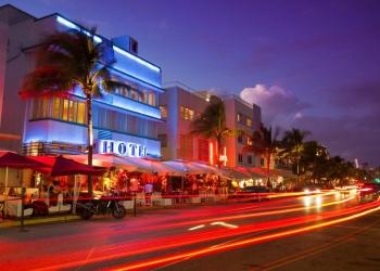 Vida nocturna en el distrito Art Deco de South Beach en Florida. Ocean Drive por la playa en Miami.