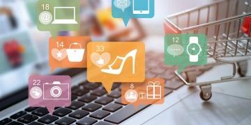 Ordenador portátil y carrito de compras en línea y redes sociales. Concepto de pago y marketing online.