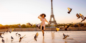 Mujer corriendo en la famosa plaza sobre la torre Eiffel en París, Francia.