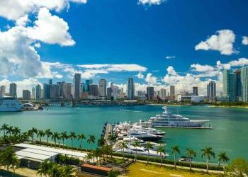 El centro de Miami y el puerto deportivo de Island Gardens.